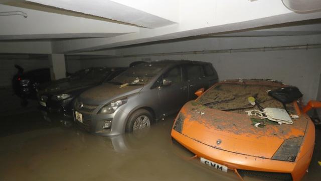 Không chỉ Range Rover, Bentley Flying Spur W12 cũng gặp nạn sau bão Hato tại Macao - Ảnh 3.