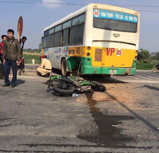 Va chạm với xe bus, biker lái Kawasaki Z300 tử vong - Ảnh 1.