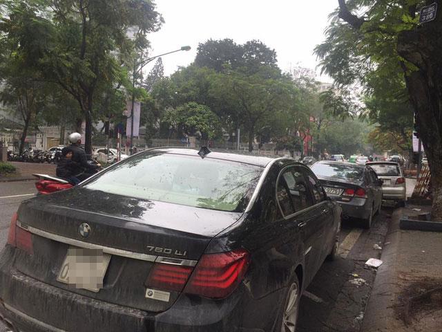 Xe sang BMW 760Li đỗ qua đêm bị vặt gương tại Hà Nội - Ảnh 1.