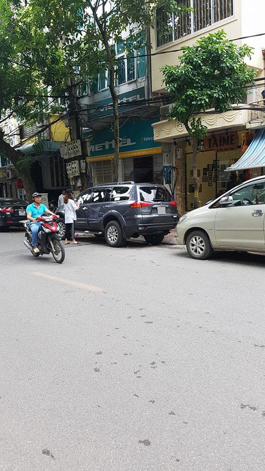 Hà Nội: Mitsubishi Pajero Sport đỗ bên lề đường bị dán đầy băng vệ sinh lên kính - Ảnh 3.