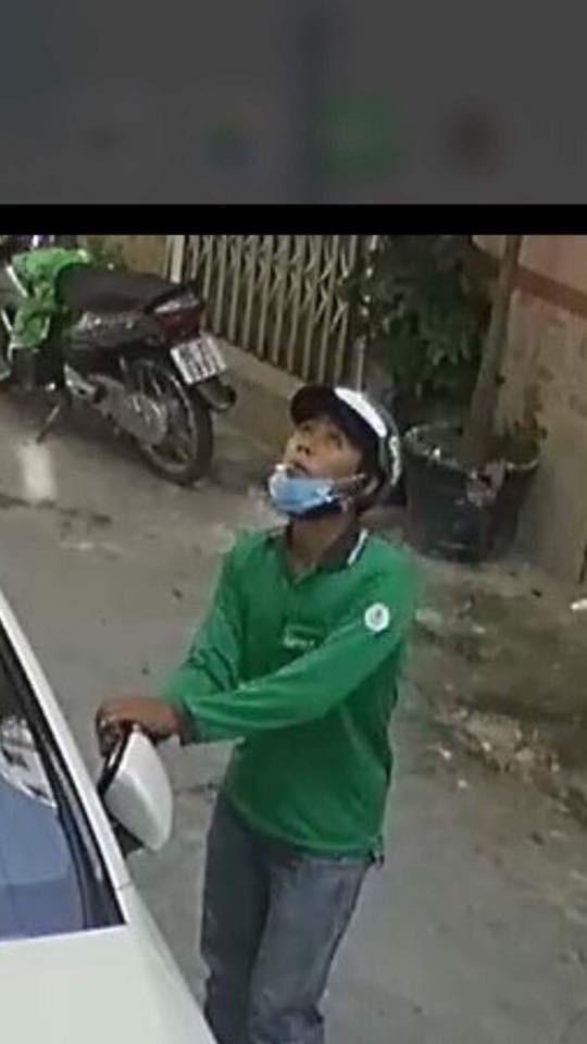 Thanh niên mặc áo GrabBike trộm gương xe Mercedes-Benz của người nổi tiếng giữa ban ngày - Ảnh 3.