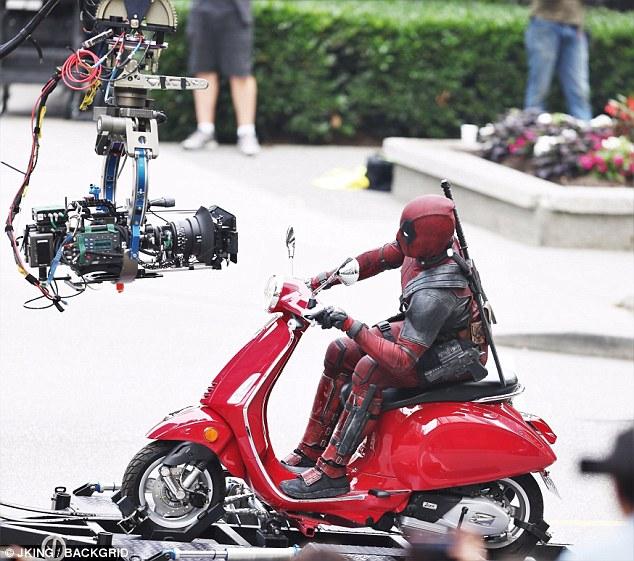 Nam tài tử Ryan Reynolds giả vờ điều khiển Vespa Primavera như thật trên phim trường Deadpool 2 - Ảnh 2.