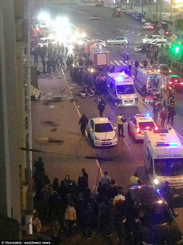 Khoảnh khắc con gái triệu phú Ukraine lái Lexus gây tai nạn liên hoàn khiến 11 người thương vong - Ảnh 4.