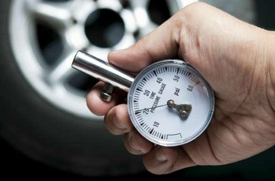 Hãng dầu nhớt Totachi khuyên bạn nên kiểm tra áp suất và bơm lốp xe định kì