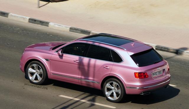 SUV siêu sang Bentley Bentayga bị bắt gặp trong bộ cánh hồng nữ tính - Ảnh 1.