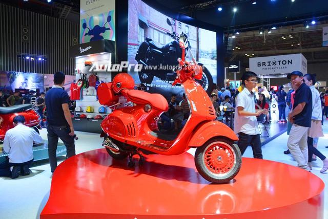 Siêu phẩm Vespa 946 màu đỏ rực có giá 405 triệu Đồng tại Việt Nam, đắt hơn cả Kia Morning - Ảnh 1.
