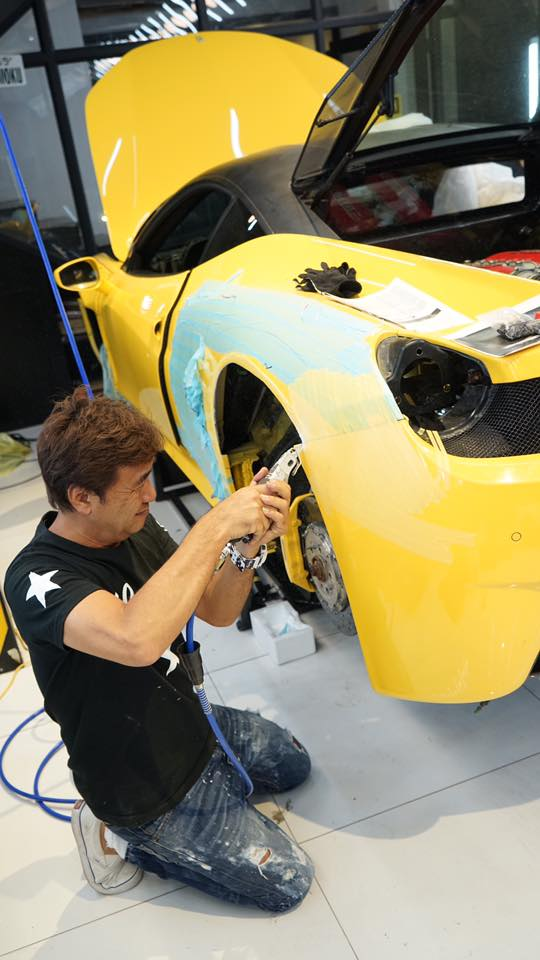 Xem thợ Nhật Bản xẻ thịt Ferrari 458 Italia để độ Liberty Walk - Ảnh 3.