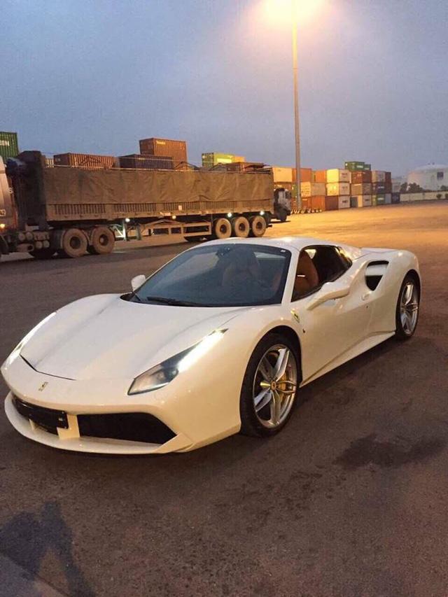 Bạch mã Ferrari 488 Spider xuất hiện trên đường phố Hà thành - Ảnh 3.