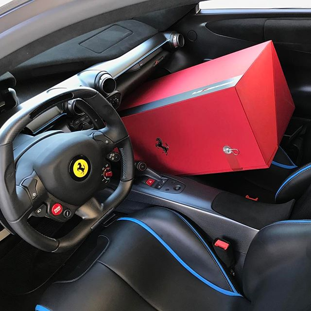 Gặp gỡ Ferrari LaFerrari màu xanh Lemans nổi bần bật trên phố - Ảnh 5.