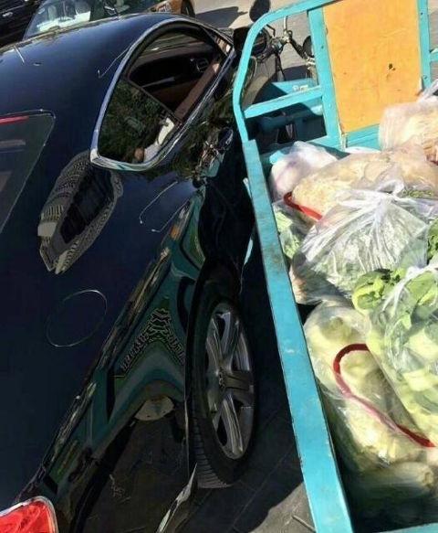 Đâm xe ba bánh vào xe sang Bentley, người bán rau đền bù bằng... túi hành - Ảnh 2.