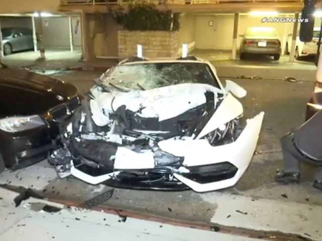 Đua với Bentley, Lamborghini Huracan mui trần hạ gục nhiều ô tô, hư hỏng nặng - Ảnh 2.