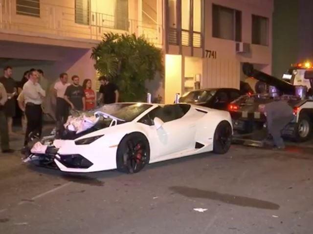 Đua với Bentley, Lamborghini Huracan mui trần hạ gục nhiều ô tô, hư hỏng nặng - Ảnh 1.