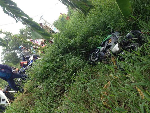 Lâm Đồng: Ôm cua quá đà, biker cùng chiếc Kawasaki Z1000 lao xuống bãi cỏ trên đèo Bảo Lộc - Ảnh 3.