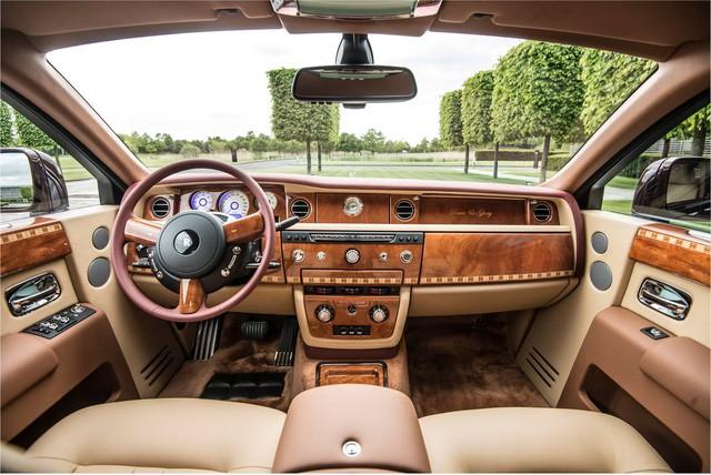 """[Cực hot] Rolls-Royce Phantom """"Hòa Bình & Vinh Quang"""" lần đầu lăn bánh tại Hà Nội - Ảnh 10."""