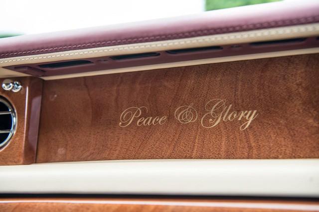 """[Cực hot] Rolls-Royce Phantom """"Hòa Bình & Vinh Quang"""" lần đầu lăn bánh tại Hà Nội - Ảnh 6."""
