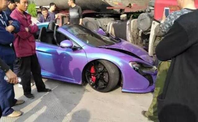 McLaren 650S Spider màu tím gặp nạn khi đua xe trên phố - Ảnh 1.