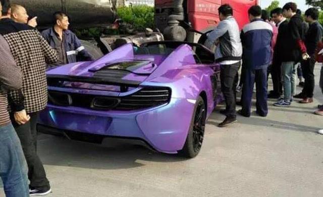 McLaren 650S Spider màu tím gặp nạn khi đua xe trên phố - Ảnh 2.