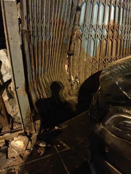 Mercedes-Benz GLA 45 AMG tông vào cửa nhà dân lúc nửa đêm - Ảnh 3.