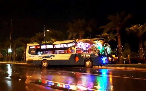 Xe khách đâm xe tải kinh hoàng tại Nội Bài - Ảnh 1.