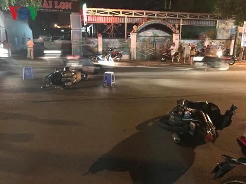 Đắk Lắk: Xe con tông liên hoàn 3 xe máy, gần chục người nhập viện - Ảnh 1.