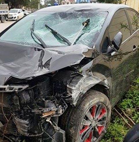 Nghi vấn ô tô cố tình tông xe máy khiến 2 người nguy kịch - Ảnh 1.