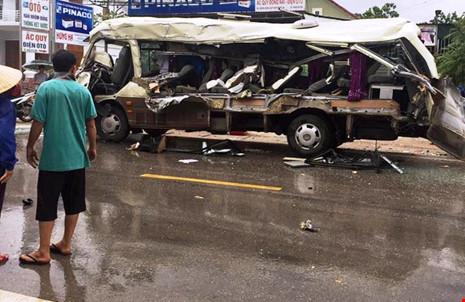 Đi xem vụ tông xe chết 3 người, 3 chú cháu tử nạn - Ảnh 2.