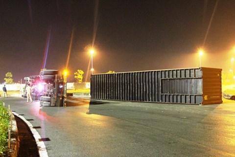 2 vụ xe container lật nhào xảy ra liên tiếp khi ôm cua gấp - Ảnh 2.
