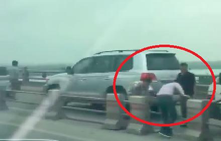 Truy tìm hàng loạt tài xế ô tô đi sai làn, rủ nhau tháo barie tẩu thoát trên cầu Thanh Trì - Ảnh 2.