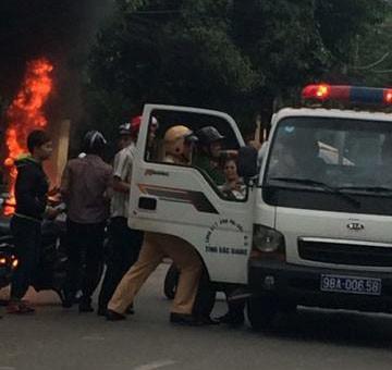 Nam thanh niên tự đốt xe máy sau màn đôi co với CSGT - Ảnh 3.