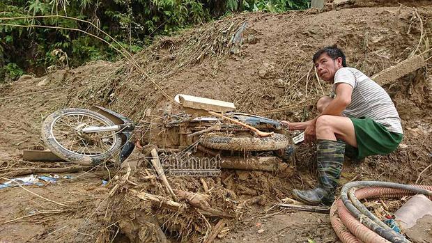 Loạt xe máy biến dạng ngoi lên từ bùn lầy sau lũ - Ảnh 2.