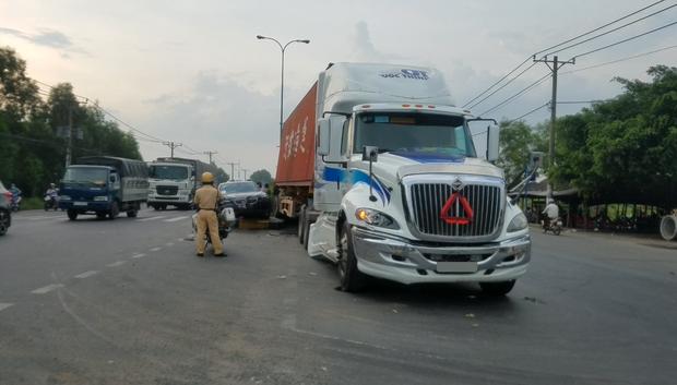 Sài Gòn: Xe container chạy tốc độ cao, kéo lê ô tô BMW hơn 30 mét - Ảnh 1.