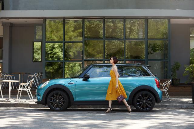 Các nữ triệu phú tự thân Trung Quốc sở hữu ô tô hạng sang như một biểu tượng của nữ quyền mới - Ảnh 1.
