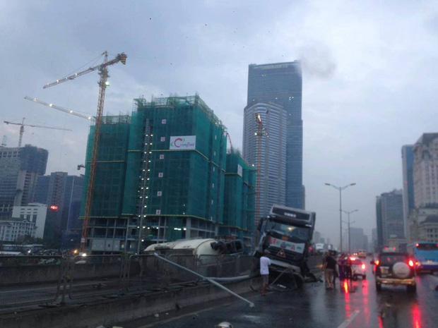 Hà Nội: Không chú ý quan sát, xe bồn đâm vào ô tô tải rồi lật chắn ngang đường cao tốc trên cao - Ảnh 1.