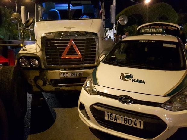 Hải Phòng: Container mất lái đâm một loạt ô tô - Ảnh 1.