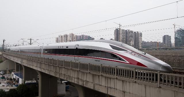 Trung Quốc: Tàu cao tốc nhanh nhất thế giới đi vào hoạt động, vận tốc 350 km/h, chạy êm đến mức đồng xu không đổ - Ảnh 1.