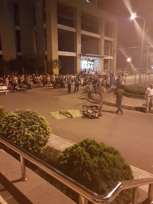 Cô gái trẻ rơi từ tầng 25 chung cư ở Hà Nội xuống đất, người đi xe máy ngất xỉu vì sốc - Ảnh 1.