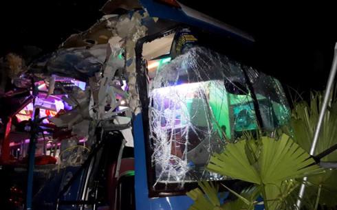 Xe khách đâm xe tải kinh hoàng tại Nội Bài - Ảnh 2.