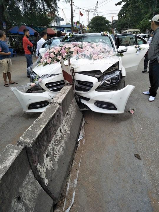 Xe cưới Mercedes-Benz đâm dải phân cách đầu tõe làm đôi, cô dâu chú rể an toàn - Ảnh 1.
