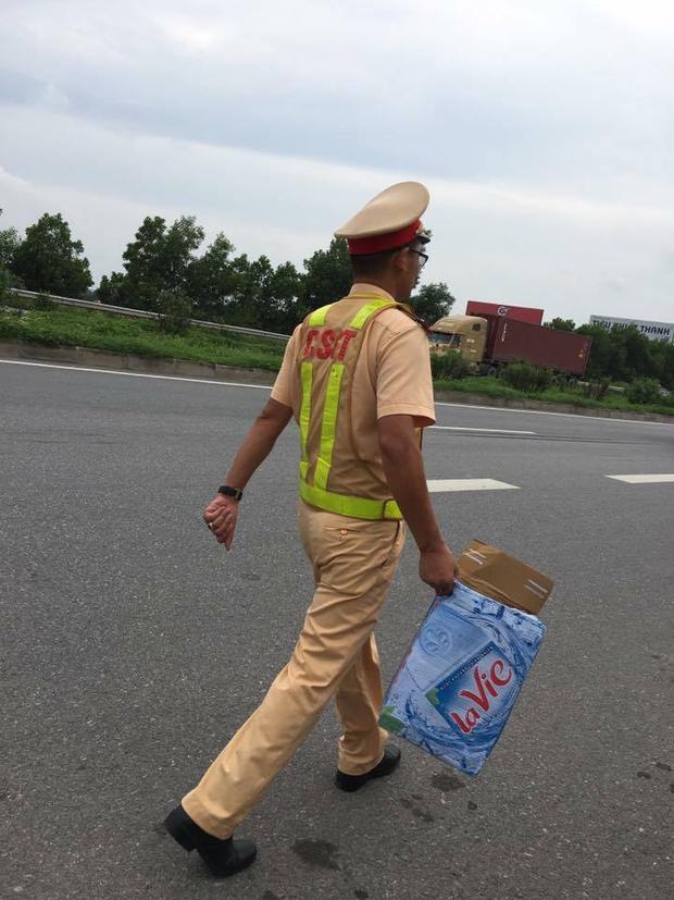 Hàng loạt xe dính bẫy đinh trên cao tốc Hà Nội - Bắc Giang, tài xế khóc dở mếu dở giữa trời nắng - Ảnh 11.