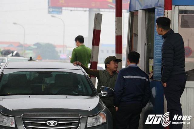 Tài xế rủ nhau dùng tiền lẻ mua vé, BOT quốc lộ 5 hỗn loạn sáng đầu tuần - Ảnh 13.