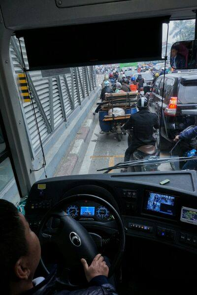 Nhường đường cho buýt nhanh, xe máy phi lên hè - Ảnh 15.
