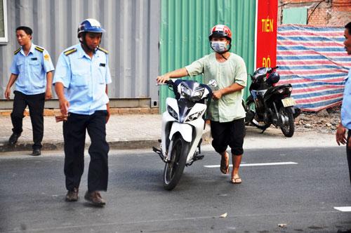 Niêm phong, cẩu ô tô chiếm vỉa hè ở trung tâm Sài Gòn - Ảnh 4.