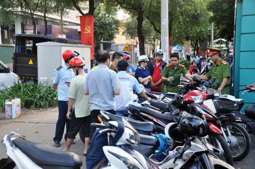 Niêm phong, cẩu ô tô chiếm vỉa hè ở trung tâm Sài Gòn - Ảnh 5.