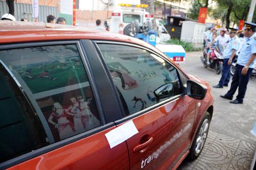 Niêm phong, cẩu ô tô chiếm vỉa hè ở trung tâm Sài Gòn - Ảnh 1.