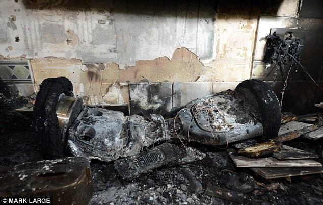 Xe điện hai bánh bốc cháy, gây hỏa hoạn và giết chết một em bé 3 tuổi - Ảnh 3.