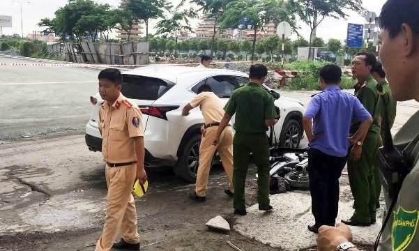Hàng chục người nâng xe ô tô cứu người phụ nữ kẹt dưới gầm - Ảnh 1.