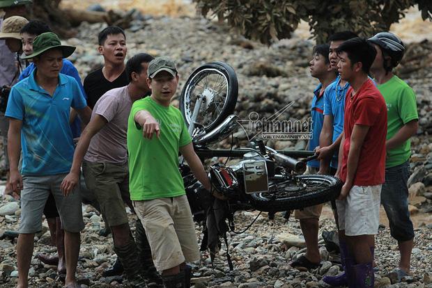 Loạt xe máy biến dạng ngoi lên từ bùn lầy sau lũ - Ảnh 3.