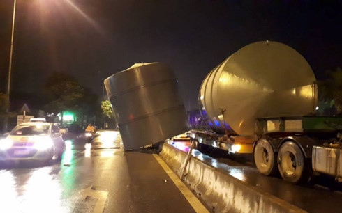 Xe khách đâm xe tải kinh hoàng tại Nội Bài - Ảnh 3.