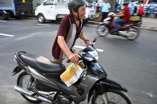 Niêm phong, cẩu ô tô chiếm vỉa hè ở trung tâm Sài Gòn - Ảnh 6.