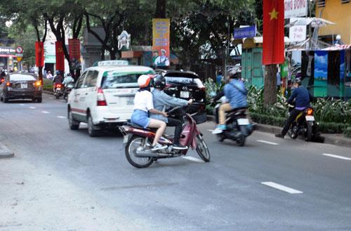Niêm phong, cẩu ô tô chiếm vỉa hè ở trung tâm Sài Gòn - Ảnh 7.